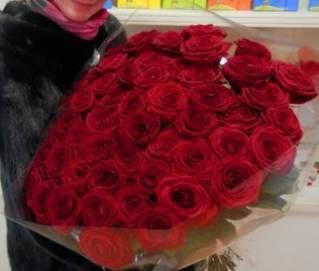 букет из 51 розы, фото 51 красной розы с девушкой