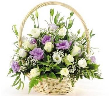 композиции цветов в корзине, белые и фиолетовые цветы