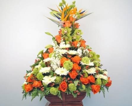 цветочные композиции в корзине для интерьера