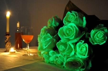 светящиеся цветы в темноте, светящиеся розы на столе
